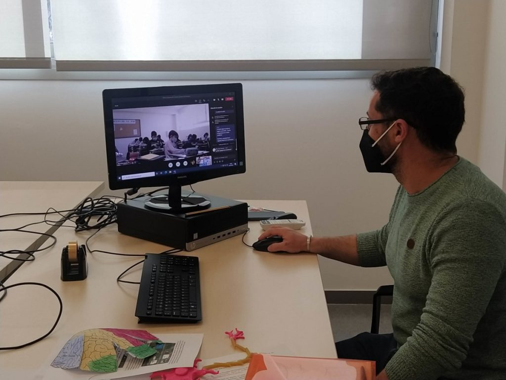Professor of the School of Medicine conducting an online workshop at an event organized by the Faculty of Medicine, Ciudad Real, University of Castilla-La Mancha (UCLM) in Spain.