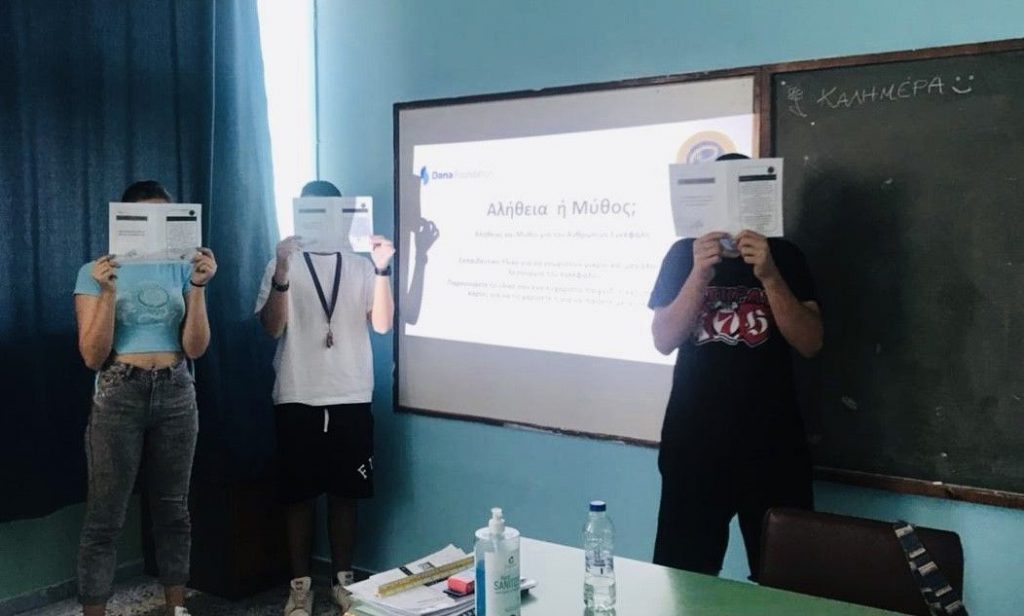 Presentation using Truth or Myth flash cards to test brain knowledge at an event organized by the Hellenic Neuropsychological Society in Greece.